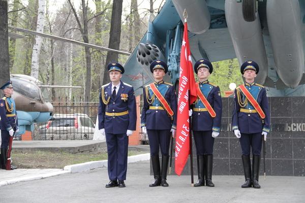 Военнослужащие 2командования ВВС иПВО сточной копией Знамени Победы