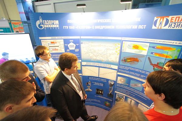 Группа студентов знакомится выставочным стендом компании «Газпром трансгаз Югорск»