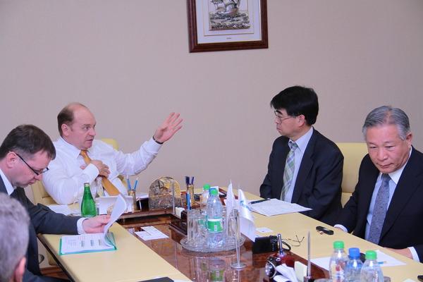 Перт Созонов (вцентре) спредставителями японских корпораций насовещании